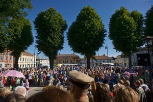 Sällan är det så mycket folk på gator och torg i Askersund som under den årliga festivalen, som i år utformas på nytt vis. Arkivfoto.