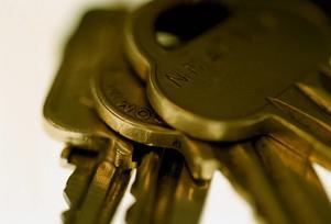Den bestulne mannen tror att tjuvarna tagit sin in i hans bostad med nycklar.