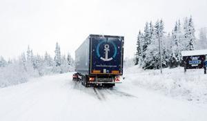 Den här lastbilen kanade ner i diket när den försökte slira upp efter 84:an väster om Funäsdalen.