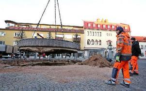 Fontänen på Sveatorget vägde 44 ton. Flytten över torget gick utan problem. Foto: Johnny Fredborg