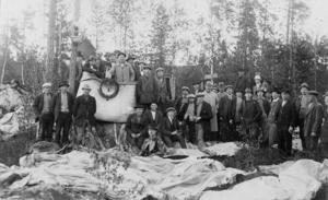 FOTO: Edsbyns museum I juni 1920 blev det folkvandring till platsen, när luftballongen hade hittats. I mitten av bilden står  dåtidens edsbykändis byggmästaren Olof Johansson.