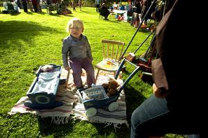 Wilma Johansson som nyss fyllt två år hittade den perfekta födelsedagspresenten på marknaden. En trästol med Hello Kitty-bild, som enligt hennes utsago var jätteskön att sitta på.