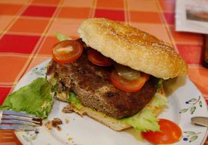 Efter att ha ätit en fjärdedel av minsta hamburgaren så är man mer än proppmätt.