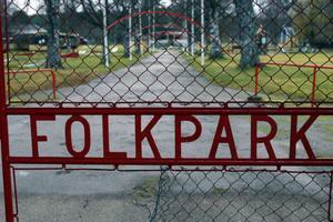 Den lilla öppningen i det gamla folkparksstängslet får symbolisera att ett kommunalt köp är en öppen fråga.