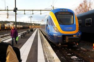 Allt fler reser med Norrtåg och resandestörningarna har minskat. Här är det tåget från Sundsvall som 15.45 på fredagen lämnar Östersund C mot Storlien.