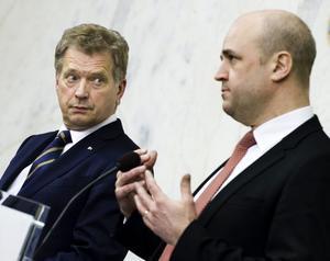 Finlands president Sauli Niinistö gästar Dalarna i dag. Han är betydligt klarare i försvarspolitiken än vad Fredrik Reinfeldt är.