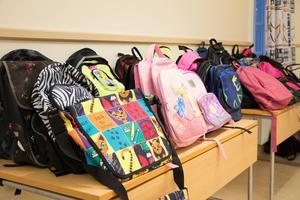 30 väskor delades ut till barnen i Gysinge.