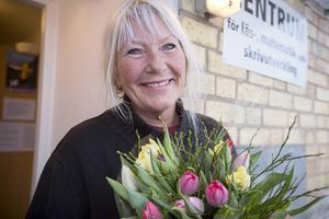 Barbro Wiklund, Tierp, är mycket glad över tulpanbuketten som hon får för sitt stora engagemang inom Kvinnojouren Liljan.