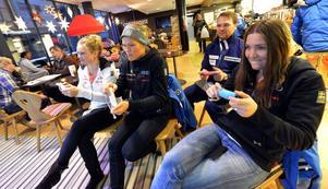 Uppvärmning med TV-spel för Nattis, Anna och Tessan.