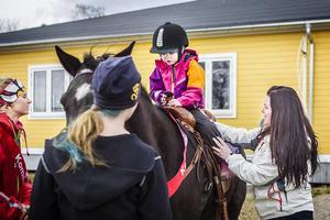 Stina Michelson (S) såg innan  sitt första maj-tal till att sondottern Signe Öst  fick en ridtur.