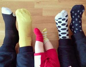 Olika är också fint. Tusentals svenskar valde udda strumpor i går för att stödja en 10-årig flickas kampanj för sin syster med Downs syndrom.