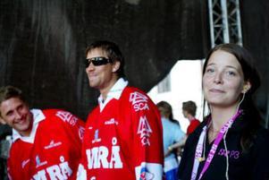 Timråspelarna Per Hallin och Pär Styf var med under sändningen. Turnéledaren Malin Lundström hade koll på när de skulle i sändning.