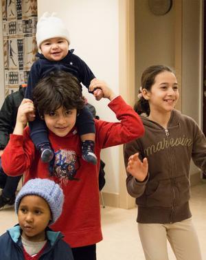 Mohammed Abad, i röd tröja, och hans syster Isra, i brun tröja, fick nya väskor inför vårterminen.