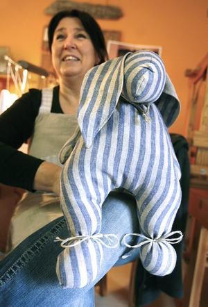 En gosig linnekanin har vunnit mångas hjärtan. Marianne Eriksson har själv designat kaninen.