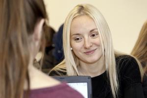 – Svenska är ett svårt språk, säger Boryana Dimitrova till Molly Söderblom.