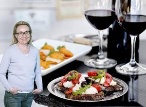 Vad kommer med ett gott värdskap, vad innebär det och hur svårt kan det vara? Pralins vinexpert Eva Lisspers Eberstål ger här tips på hur man bör uppföra sig, både som värd och som gäst.