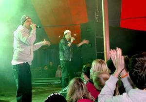 Upp med händerna! Dogge Doggelito skulle ha bjudit på ett par-tre låtar. Men det blev det dubbla innan ungdomarna var nöjda.