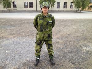 Ida Sannsell, tidigare spelare i Modo Hockey, är en av allt fler kvinnor som börjat göra den grundläggande militärutbildningen.