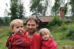 Jesper Holm Tylöskog med barnen Elias och Sofia tycker att det finns mycket fint att titta på i Västerby.