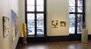 Kristina Wrangs båda tavlor fick en bra placering mellan två höga fönster  i en av utställningssalarna. Foto: Privat