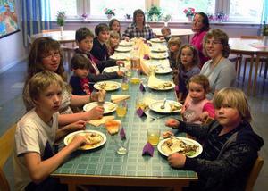 På bilden ses deltagarna i den historiska måltiden. Medurs runt bordet ser vi från vänster Robin Jonsson, Borgvattnet, fröken Veronika Björklund, Lungsjön, Kevin Nise, Borgänge, Tore Wikander, Skyttmon, Oskar Lidzell, Borgvattnet, Keren Nise, Borgänge, Ida Magnusson, Borgvattnet, fröken Rose-Marie Granlöf, Överammer, Arvid Nise, Borgänge, fröken Pia Selling, Borgvattnet, Angelika Bruman, Borgänge, Sofia Nise, Borgänge, fröken Ann Lignell, Bomsund, Helena Nise, Borgänge, och Joel Nise, Borgänge. Foto: Ingvar Ericsson