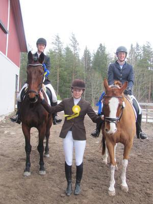 De tre bästa i framridningsklassen Lätt C:1: Vinnare Johanna Alkberg/Fiona, Ockelbo RF, till vänster, tvåa Hanna Rydström/Très Bien, Tierps RK, till höger, och trean Emilia Dahlbom, Gävle FRK.