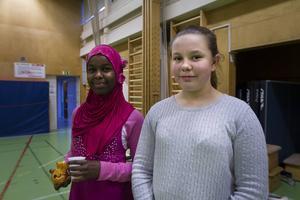 Amiira Mahammed och Tabea Wenzel är två sjätteklassare som tillsammans kläckt idéen om att spela innebandy tillsammans med nyanlända barn.