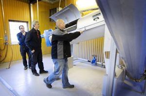 VA chefen i Ragunda kommun Lars Spirberg med VA konsulterna Ulf Persbo och Örjan Fahlén på inspektion.