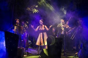 Det sverigefinska tangobandet Darya & Månskensorkestern skapade magisk stämning på Skankaloss i lördags.
