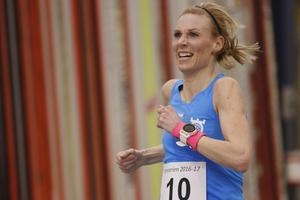 Maratonlandslagslöparen Mikaela Kemppi från Örebro sprang 3 000-metersloppet i Inneserien på 10.20,3 som en del av sin grundträning. Hon var snabbaste dam på måndagen men fick inget totalresultat i serien eftersom hon bara sprungit två av fyra lopp. På 2 000 meter i februari slog hon svenskt D40-rekord med 6.44,4.