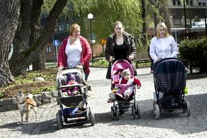 Här kommer vi. Vid lekplatsen i Stadsparken har de varit. Från vänster: Alexandra Dahlberg med Tove, Rebecka Lundqvist med Nova och Sandra Karlsson med Joel.