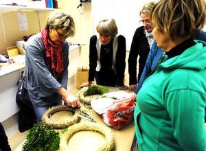 Gunilla Lundberg Jansson visar hur man med olika knep kan forma en krans till en prydnad för varje hem.