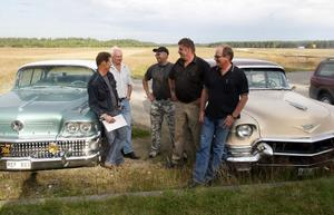 Medlemmarna Kent Arvidsson, Gunnar Jonsson, Lasse Westling och Janne Svensson i Söderhamn American Cars, pratar med flygklubbens Patrik Björk om lördagens upplägg på fältet bakom.