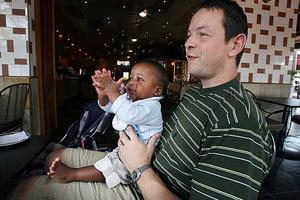 Oskar nöjd med pappa.
