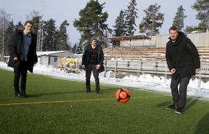 Adam Skoghäll, Peter Mathisen och Gustaf Aldmar från Kumla BK på plats på konstgräsplanen i Kumla. Laget, som startade som ett projektarbete i skolan 2003, har nu tagit sig upp i division 5.