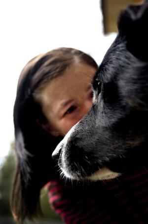 Gosstund. En riktig snygging är blandrashunden Gouapo, som här får en gosstund med Helen Sand. Foto:Paulina Håkansson