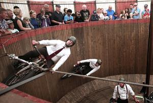Sixten Janssons motorcirkus uppträdde på Insjödagen i den klassiska dödens tunna. Där de körde runt i sina motorcyklar i spektakulära nummer. Närmast kameran, dödsryttaren Björn Andersson.