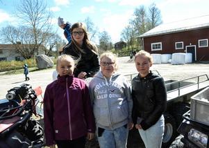 Kompisarna Emma Biberg (högst upp i bild), Ida Jonsson, Johanna Lundberg och Sofia Sjöström går i klass 4-5 på Ljustorps skola. De har även varit på kosläpp med klassen tidigare.