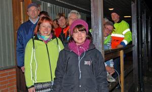 På fredagskvällen samlades politiker, föräldrar och andra Djuråsbor i Drömkåken för att sedan i mindre grupper vandra runt i Djurås och ge stöd och samtala med unga och vuxna. Här är några av vandrarna på väg ut från Drömkåken med initiativtagarna Sofia Jarl och Anki Enevoldsen i täten.