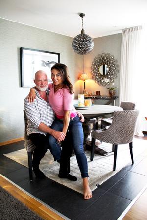 Alex och Carina i mathörnan i sin lägenhet på Lillåudden.