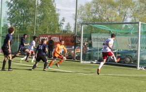 Pelle Lööf sköt behärskat in 3–0 till hemmalaget i den andra halvleken.