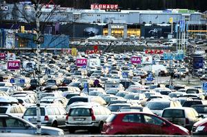 Stora parkeringar vid handelshus kan vara drömmen för tjuven, kolla så att du låst bilen en extra gång för att undvika bilinbrott.