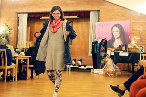 Jackor, sjalar, tröjor, byxor och glasögon visades upp. Även en del smycken och skor.