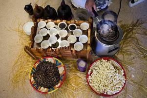 Yordanos Dina Sultan tvättar och rostar kaffebönorna innan kaffet kokas och serveras.