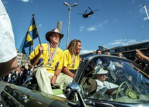 Magnus Erlingmark och Henke Larsson åker kortege genom Stockholms gator kantade av tusentals människor som var på plats för att hylla VM-hjältarna i samband med hemkomsten den 18 juli 1994.