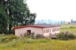 HOPPFULL. Kommunalrådet Bengt-Olov Eriksson (S) tror att man innan starttiden för att börja bygga, som går ut i mitten på maj, kommer igång med bygget av en mack och en restaurang vid Tierpsrondellen.