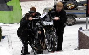 Första motorcykeln på väg in till butiken och det krävs mycket viljestyrka att få den tunga maskinen uppför trappen. FOTO: ANGELICA LINDVALL