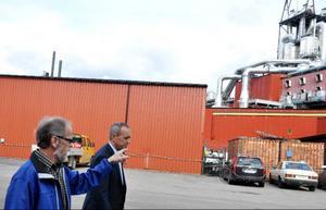 Ulf Pettersson, miljökonsult och Robert Taflin, vd för HUAB pratar om den kommande ångpannan som ska stå bredvid HMAB:s torvfabrik.