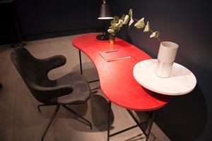 Jaime Hayons nätta skrivbord för &Tradition har en liten rundad hylla över skrivbordsskivan. Perfekt att ställa en lampa, en blomvas eller varför inte kaffekoppen på?