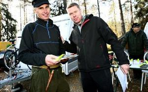 Juha Korpela vinner DD-Fisket för andra gången.Dala-Demokratens Joakim Gustafsson gratulerar till första priset som är en fiskeresa för två personer till Åland. Foto: Bons Nisse Andersson